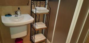 A bathroom at Sweet Inas
