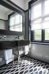 A bathroom at Glazebrook House Hotel