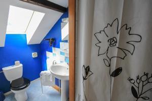 A bathroom at Hotel Restaurant De La Poste Mulhouse Est
