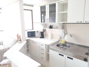 A kitchen or kitchenette at Wall Street Flat