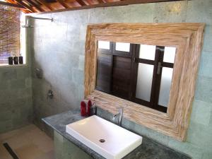 A bathroom at Twin Island Villas & Dive Resort