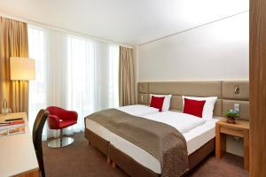A bed or beds in a room at H4 Hotel München Messe