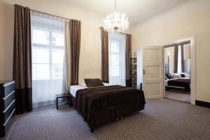 Cama o camas de una habitación en Old Town Square Hotel