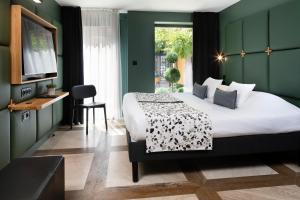 A bed or beds in a room at Le Colombier