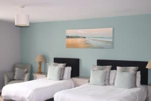 A bed or beds in a room at Causeway Hotel
