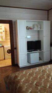 Телевизор и/или развлекательный центр в Guest House 7 Bereg on Seliger