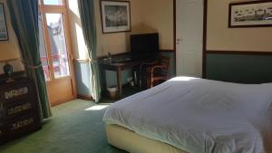 A bed or beds in a room at Manoir Du Cunningham