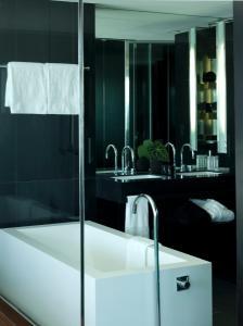 A bathroom at Altis Belem Hotel & Spa - Design Hotels