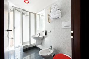 A bathroom at Hotel Nologo