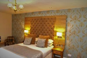 A bed or beds in a room at Kingston Theatre Hotel