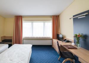 A bed or beds in a room at Hotel Gustav-Stresemann-Institut