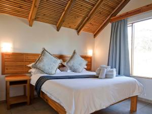 A bed or beds in a room at Silverstreams Lodge and Cottage