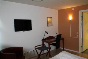 En tv och/eller ett underhållningssystem på Pronova Hotell & Vandrarhem