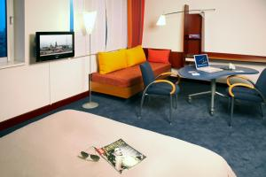 A seating area at Novotel Suites Hamburg City