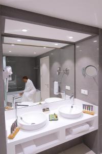A bathroom at Novotel Cotonou Orisha