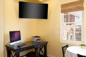 A television and/or entertainment centre at Cottage Inn by the Sea