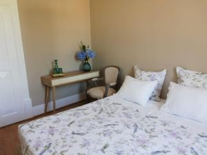 A bed or beds in a room at Menina da Ria Guest House