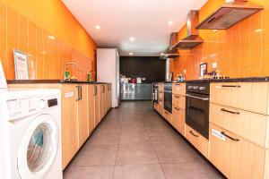 A kitchen or kitchenette at Hostellicious