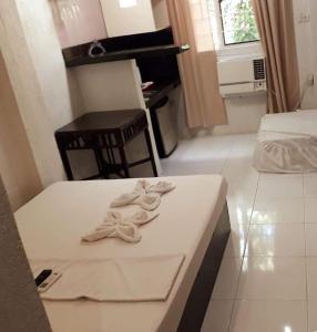 A bed or beds in a room at Ellen's Resort