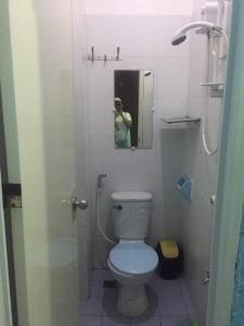 A bathroom at Ellen's Resort