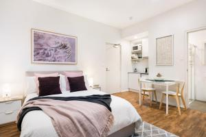 A bed or beds in a room at Vivo Suites Bondi