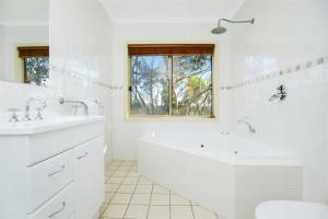A bathroom at Shiraz Cottage