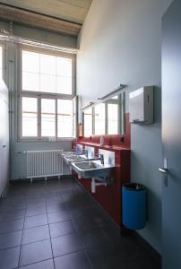 A kitchen or kitchenette at Depot 195 - Hostel Winterthur