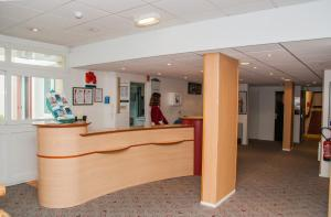 The lobby or reception area at ibis Rambouillet