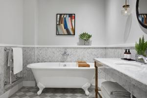 A bathroom at Kimpton - Charlotte Square, an IHG Hotel