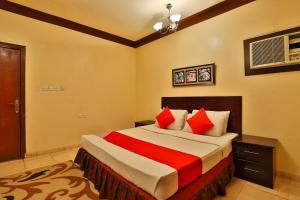 Cama ou camas em um quarto em قصر اليمامة للاجنحة الفندقية-الهلال الاحمر