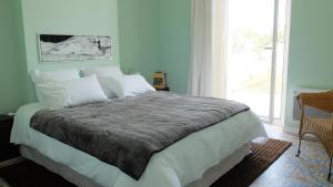A bed or beds in a room at Villa Yvonne - Maisons de Marseille