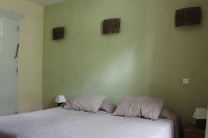 A bed or beds in a room at Hôtel de Valdeblore