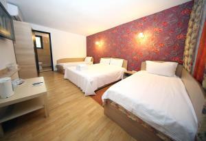 Un pat sau paturi într-o cameră la Pensiunea Lokanta
