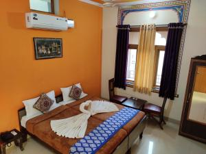 A bed or beds in a room at Hotel Tiger Haveli