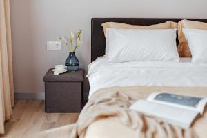 A bed or beds in a room at Central Barkar Apartments