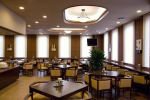 A restaurant or other place to eat at Hotel Route-Inn Hofu Ekimae