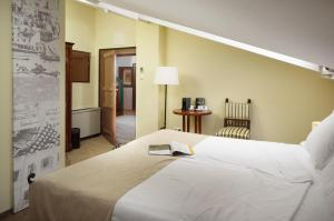 A bed or beds in a room at Hotel Angelo d'Oro