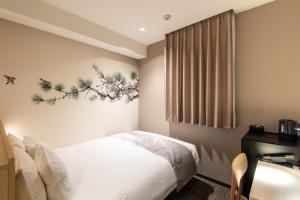 A bed or beds in a room at La'gent Hotel Shinjuku Kabukicho