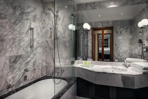 A bathroom at Art Nouveau Palace Hotel