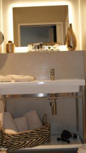 A bathroom at Hôtel Mercure Bastia Biguglia & Spa
