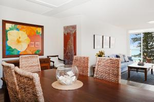 A seating area at Sun Drenched Ocean View Apartment