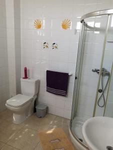 A bathroom at Albergue Por Fin