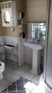 A bathroom at Scranton Seahorse Inn