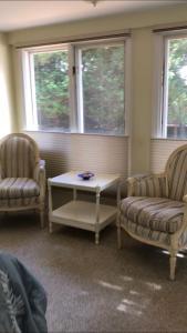 A seating area at Scranton Seahorse Inn