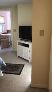 A television and/or entertainment center at Scranton Seahorse Inn