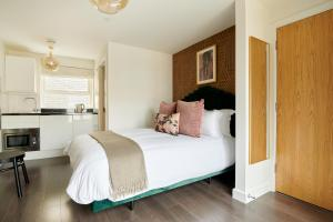 A bed or beds in a room at Sonder at St. John's Garden, Clerkenwell