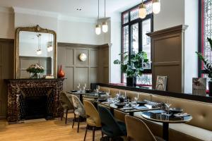 A restaurant or other place to eat at Hôtel de La Tamise - Esprit de France