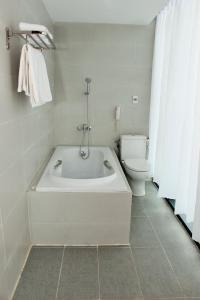 Phòng tắm tại SKY HOTEL