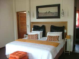 A bed or beds in a room at Ons Dorpshuis Guesthouse