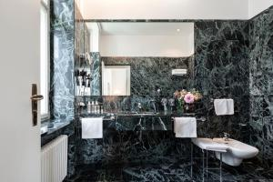 A bathroom at Parkhotel Laurin